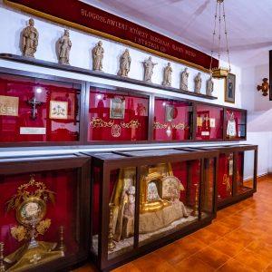 Gabloty z eksponatami w muzeum