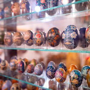 Trzy rzędy bogato zdobionych wydmuszek jaj