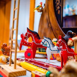 Drewniane czerwone i białe koniki