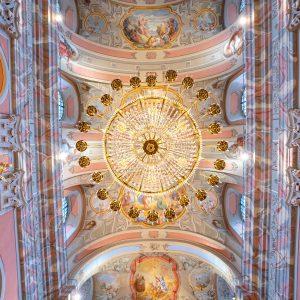 Sufit kościoła pokryty kolorową polichromia