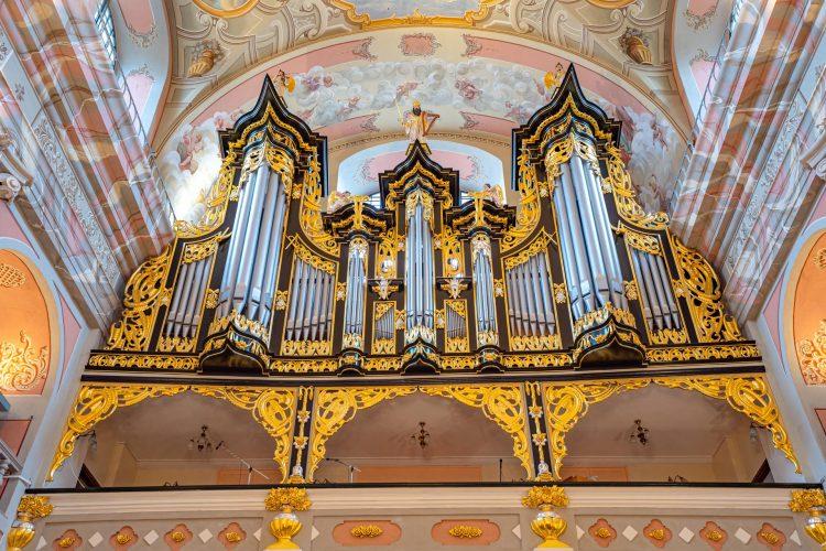 Barkowe organy bogato zdobione złotem umieszczone na balkonie kościoła