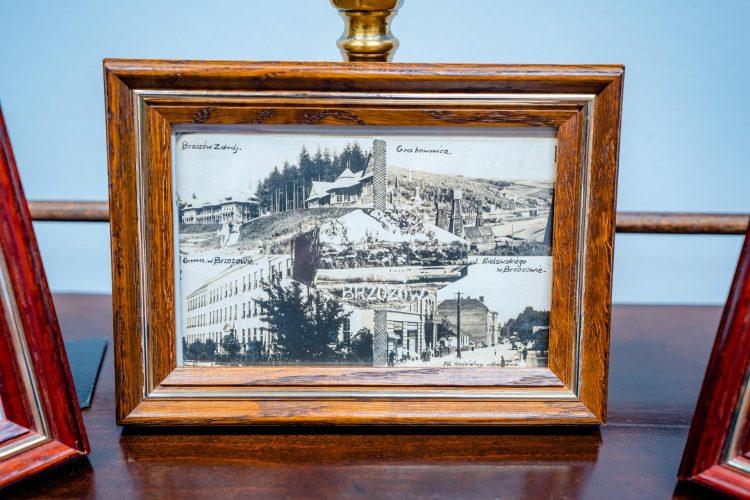 Czarno-białe zdjęcie w grubej ramce z ciemengo lakierowanego drewna