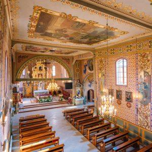 Wnętrze drwnianego kościoła