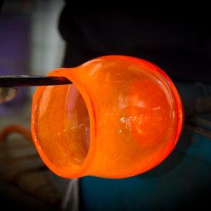 Pomarańczowe naczynie ze szkla wyjęte z pieca hutniczego